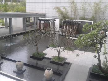 taman diantara dua gedung utama.