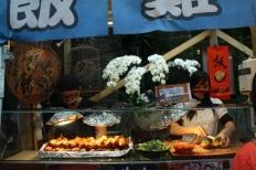 Sayap ayam isi nasi hangat dan sayuran segar yang sedap